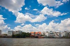 Historyczni domy rzeką w Tajlandia obrazy royalty free