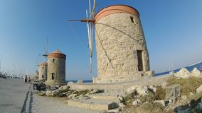 Historyczni Mandraki wiatraczki w Rhodes miasteczku, morze śródziemnomorskie, Rhodes wyspa zdjęcie wideo