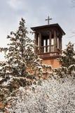 Historyczni Santa Fe Steeple Kościelni stojaki nad śniegiem zakrywali drzewa zdjęcia royalty free