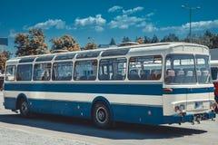 Historycznie autobus w zajezdni, transport od 80 rok zdjęcia royalty free
