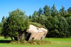Historycznie beton resztki Drugi wojna światowa przy polem obrazy stock