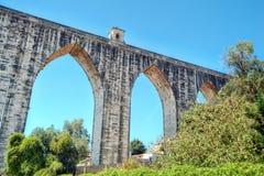 Historyczny akwedukt w mieście Lisbon budował w xviii wiek Zdjęcia Stock