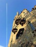 Historyczny architektura budynek z niebieskiego nieba tłem z samolotowym kilwaterem Obraz Royalty Free