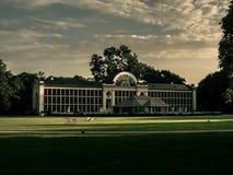 Historyczny biały budynek z dużym gazonu i nieba tłem obrazy royalty free