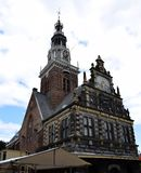 Historyczny budynek Kaasmarkt w Holenderskim miasteczku Alkmaar miasto z swój sławnym sera rynkiem - Podróżujący przez Holla obrazy royalty free