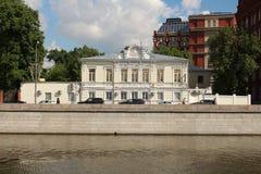 Historyczny budynek na Yakimanskaya bulwarze fotografia royalty free