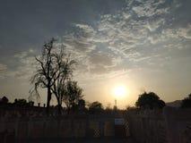 Historyczny budynek przeciw niebu podczas zmierzchu zdjęcia royalty free
