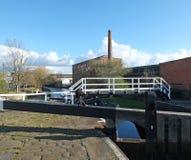 historyczny castleton młyn blisko armley w, footbridge krzyżuje kanał i obrazy stock