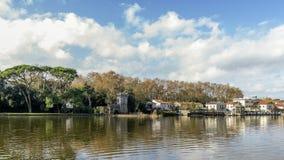 Historyczny centrum Torre Del Lago Puccini widzieć od Jeziornego Massaciuccoli na pięknym dniu z dramatycznym niebem, Tuscany, Wł fotografia stock