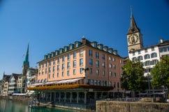 Historyczny centrum Zurich z sławnym Fraumunster kościół, Switzerla obraz stock