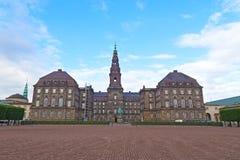 Historyczny Christiansborg pałac i rzędu budynek w środkowym Kopenhaga, Dani Obraz Stock
