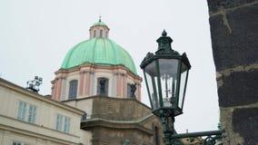 Historyczny lampion przed dziejowym budynkiem zbiory