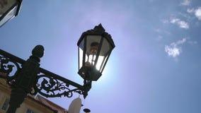 Historyczny lampion przed dziejowym budynkiem zbiory wideo