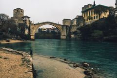 Historyczny Mostar most na chmurnym dniu obrazy royalty free