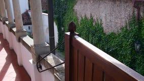 Historyczny podwórze Historyczny dom z kamienistymi kolumnami i bluszczami na ściana z cegieł zbiory wideo