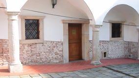 Historyczny podwórze Historyczny dom z pięknymi kwiatami i dziejowymi światłami Historyczny dom z kamienistymi kolumnami i zdjęcie wideo