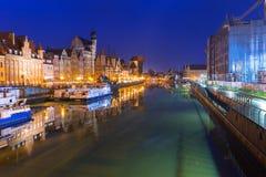 Historyczny portowy żuraw nad Motlawa rzeką w Gdańskim przy nocą, Polska Obrazy Stock