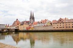 Historyczny stary miasteczko Regensburg, Germany, nabrzeże panorama zdjęcie royalty free