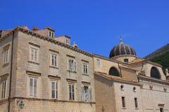 Historyczny tenement przyległy do Barokowego kościół święty BÅ 'aÅ ¼ ej w Dubrovnik zdjęcia stock