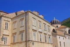 Historyczny tenement przyległy do Barokowego kościół święty BÅ 'aÅ ¼ ej w Dubrovnik zdjęcie royalty free