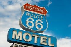 Historyczny trasy 66 motel podpisuje wewnątrz Kalifornia obraz stock