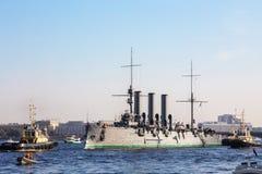 histotical巡洋舰极光的拖曳费对修理地方的在船坞,圣彼德堡,俄罗斯 免版税库存图片
