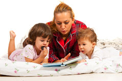 História de horas de dormir da leitura da mamã Fotografia de Stock
