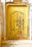 Histórico no amarelo antigo da porta da construção Imagens de Stock