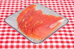 Hiszpański jedzenie Zbliżenie kawałki pokrojony suchy hiszpański baleron Jamon Serrano lub włocha Parma prosciutto crudo na taler zdjęcie stock