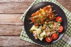 Hiszpańscy wieprzowina kebaby - Pinchos Morunos i grul sałatki zbliżenie zdjęcia stock