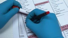 Hiszpańska grypa, doktorska sprawdza choroba w lab pustym miejscu, pokazuje próbkę krwi w tubce zdjęcie wideo