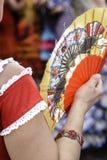 Hiszpańska kobieta ubierał w flamenco, z tradycyjnym fan zdjęcie stock