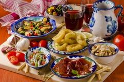 Hiszpańska kuchnia. Asortowani tapas na ceramicznych talerzach. Obraz Stock