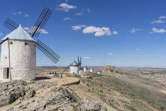 Hiszpańska turystyka, Biali wiatrowi młyny dla szlifierskiej banatki Miasteczko Co Fotografia Royalty Free