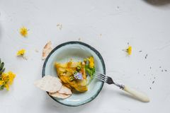 Hiszpański kartoflany omelette tortilla na białym tle, copyspace Odgórny widok obraz stock