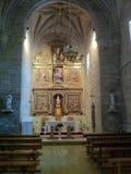 Hiszpański kościelny wnętrze z ławkami i ołtarzem fotografia royalty free