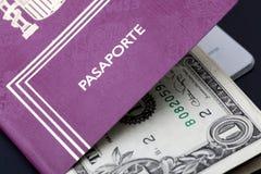 Hiszpański paszport z pieniędzy dolarami obraz stock