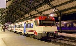 Hiszpański podmiejski elektryczny pociąg przy francuz stacją Cerbere obraz royalty free
