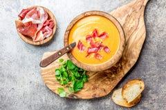 Hiszpański pomidorowy zupny Salmorejo słuzyć w oliwnym drewnianym pucharze z baleronu jamon serrano na kamiennym tle Odgórny wido zdjęcie royalty free