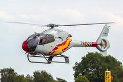 Hiszpański siły powietrzne Eurocopter EC-120B Colibri helikopter od Patrulla Aspa pokazu drużyny wykonuje powietrznego pokazu Zdjęcia Royalty Free