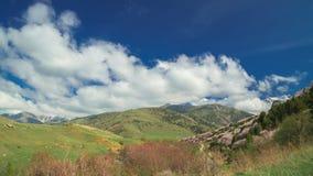 Hiszpańskie wiosen góry z kwiatonośnymi drzewami i pięknymi chmurami w timelapse 4K zbiory wideo