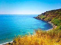 Hiszpańszczyzny kształtują teren z błękitnym morzem i skalistym wybrzeżem obraz royalty free