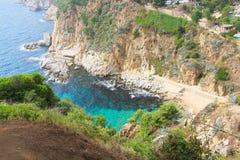 Hiszpańszczyzny kształtują teren z morzem i skałami obrazy royalty free
