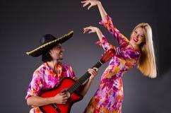 Hiszpańszczyzny para bawić się gitarę Zdjęcia Royalty Free
