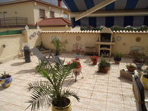 Hiszpańska lato oaza z grillem i fontannami, Zdjęcie Royalty Free