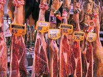 Hiszpański jamon obwieszenie od sufitu (salami) Fotografia Stock