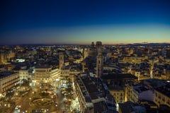 Hiszpańskiego miasta Stary rynek z góruje i budynki Fotografia Royalty Free