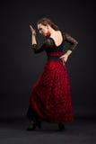Hiszpańskiej kobiety dancingowy flamenco na czerni Zdjęcia Royalty Free