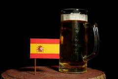 Hiszpańszczyzny flaga z piwnym kubkiem na czerni Zdjęcie Royalty Free