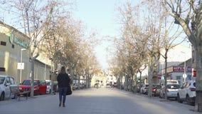HISZPANIA, BARCELONA-13 APR 2019: Ludzie spaceru wzd?u? miasto alei sztuka Miasto parkowa aleja w obszarze zamieszka?ym w?r?d dom zbiory wideo